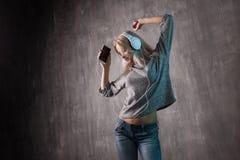 Mujer atractiva de baile que escucha la música en el app móvil Amante de la música de la muchacha Fotografía de archivo libre de regalías