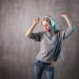 Mujer atractiva de baile que escucha la música en el app móvil Amante de la música de la muchacha Imagen de archivo