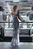 Mujer atractiva de la belleza del anf que presenta en el kight del club nocturno Fotografía de archivo libre de regalías
