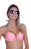 Mujer atractiva de la moda con las gafas de sol y el bikini rosado Imagen de archivo