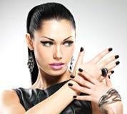 Mujer atractiva de la moda hermosa con los clavos negros en la cara bonita Fotos de archivo libres de regalías
