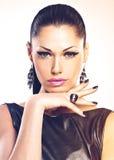 Mujer atractiva de la moda hermosa con los clavos negros en la cara bonita Fotografía de archivo