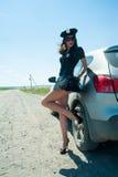 Mujer atractiva de la policía en el camino Foto de archivo libre de regalías