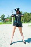 Mujer atractiva de la policía en el camino Fotos de archivo libres de regalías