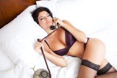 Mujer atractiva de la ropa interior en llamada de teléfono erótica Fotografía de archivo