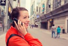 Mujer atractiva de la señora feliz del retrato que habla en pho móvil foto de archivo