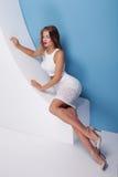Mujer atractiva de moda que presenta en estudio Fotos de archivo