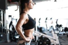 Mujer atractiva del ajuste en gimnasio foto de archivo libre de regalías