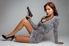Mujer atractiva del arma fotos de archivo