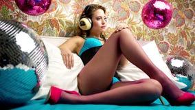Mujer atractiva del bailarín de la cama del disco metrajes