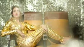 Mujer atractiva del bailarín del disco almacen de metraje de vídeo