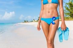 Mujer atractiva del bikini de la playa - gafas de sol, chancletas Imágenes de archivo libres de regalías