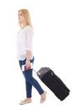 Mujer atractiva del blondie con el aislador de la maleta, del pasaporte y del boleto Foto de archivo