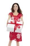 Mujer atractiva del día de tarjetas del día de San Valentín con una caja de regalo blanca grande Fotos de archivo libres de regalías
