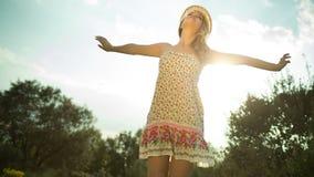 Mujer atractiva del disco que baila y que presenta al aire libre almacen de metraje de vídeo