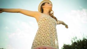 Mujer atractiva del disco que baila y que presenta al aire libre Foto de archivo libre de regalías