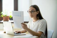 Mujer atractiva del diseñador con la paleta de la muestra del color del pantone foto de archivo libre de regalías