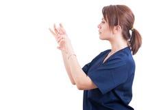 Mujer atractiva del doctor que sostiene la jeringuilla del botox Fotografía de archivo