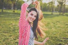 Mujer atractiva del inconformista en el prado verde Imágenes de archivo libres de regalías