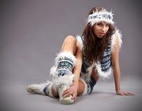 Mujer atractiva del invierno de la emoción Foto de archivo