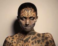 Mujer atractiva del leopardo foto de archivo