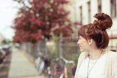Mujer atractiva del pelirrojo con un peinado de la diversión Fotografía de archivo libre de regalías