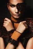 Mujer atractiva del pirata en los accesorios de cuero Fotografía de archivo libre de regalías