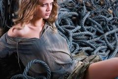 Mujer atractiva del pirata que se coloca en cuerdas - forme el lanzamiento Foto de archivo libre de regalías