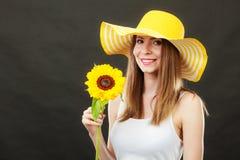 Mujer atractiva del retrato con el girasol Foto de archivo