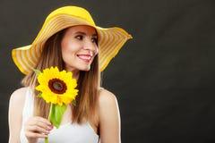 Mujer atractiva del retrato con el girasol Imagen de archivo libre de regalías