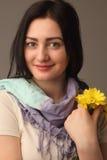 Mujer atractiva del retrato que sostiene las flores Fotografía de archivo libre de regalías