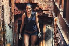 Mujer atractiva del soldado en ruinas de la fábrica Imágenes de archivo libres de regalías