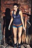 Mujer atractiva del soldado en ruinas de la fábrica Fotografía de archivo libre de regalías