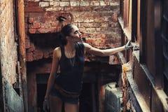 Mujer atractiva del soldado en ruinas de la fábrica Imagenes de archivo
