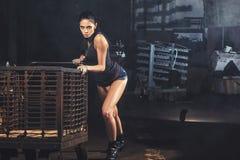 Mujer atractiva del soldado en ruinas de la fábrica Fotos de archivo libres de regalías