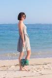 Mujer atractiva delgada joven en la playa Snakeskin hecho a mano de lujo en sus manos Imágenes de archivo libres de regalías