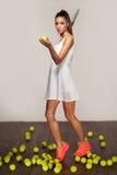 Mujer atractiva deportiva hermosa, jugador de tenis con la estafa Imagen de archivo libre de regalías