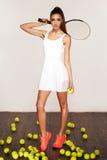 Mujer atractiva deportiva hermosa, jugador de tenis con la estafa Imágenes de archivo libres de regalías
