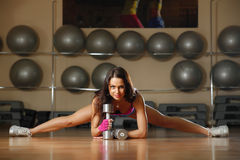 Mujer atractiva deportiva que presenta en gimnasio Imágenes de archivo libres de regalías