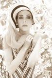 Mujer atractiva elegante en el balcón Fotos de archivo libres de regalías