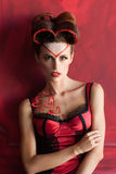 Mujer atractiva en abrazo rojo de la ropa interior misma Fotos de archivo