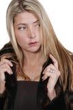 Mujer atractiva en abrigo de pieles Foto de archivo libre de regalías