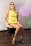 Mujer atractiva en alineada amarilla Foto de archivo