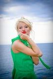 Mujer atractiva en alineada verde Imagenes de archivo
