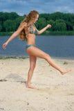 Mujer atractiva en bikiní azul en la playa del río foto de archivo libre de regalías