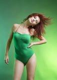 Mujer atractiva en bikiní verde imagenes de archivo