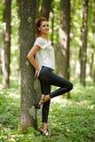 Mujer atractiva en bosque del roble Imagen de archivo