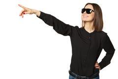 Mujer atractiva en camisa y gafas de sol negras Imagen de archivo libre de regalías