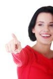 Mujer atractiva en camiseta roja que destaca. Imagen de archivo libre de regalías