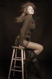 Mujer atractiva en cargadores del programa inicial y falda Foto de archivo libre de regalías